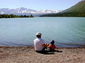 1024px-Fathers_day_father_with_kid_on_lake